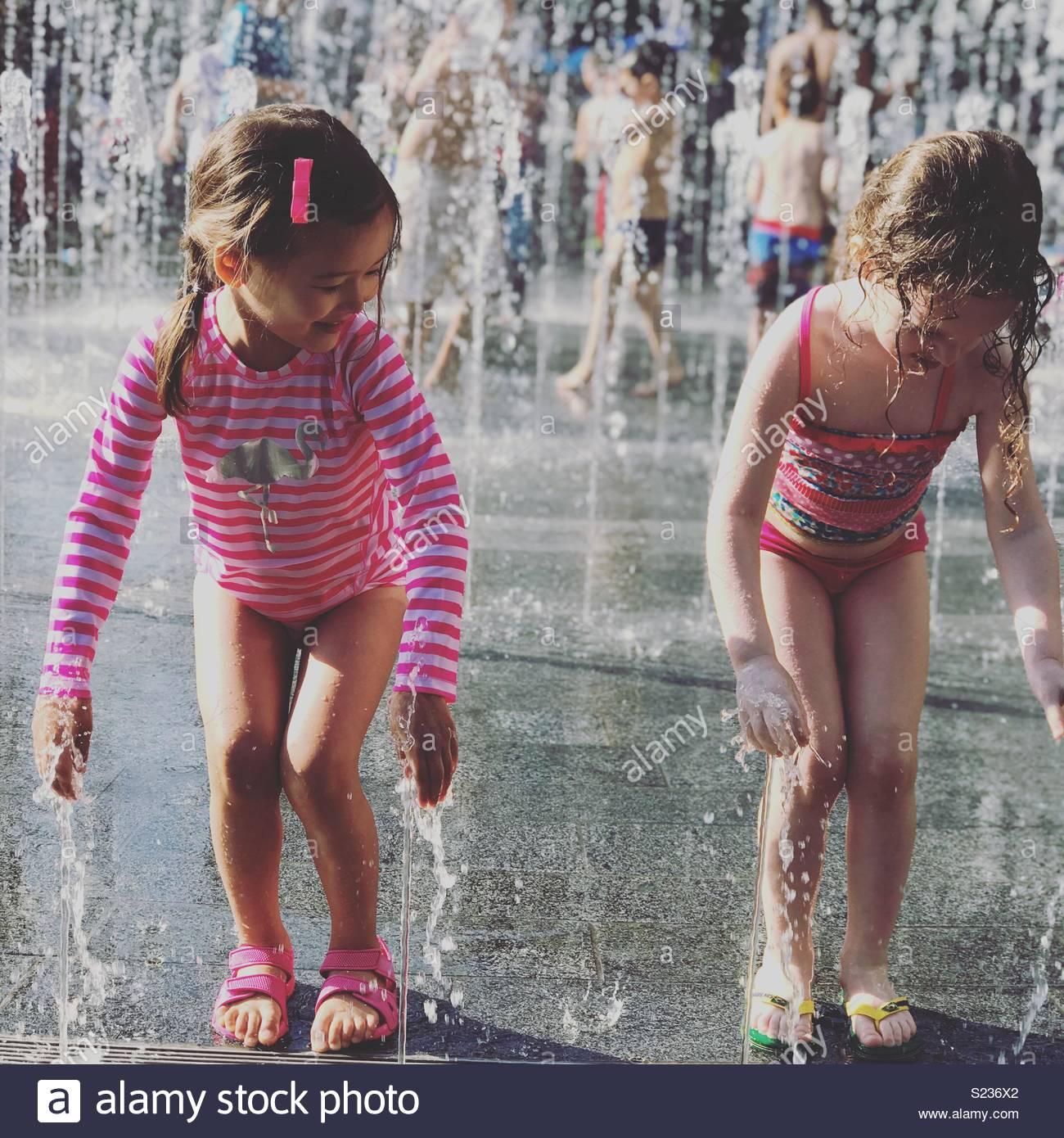Dopo la scuola splash durante un mini ondata di caldo a Londra Immagini Stock