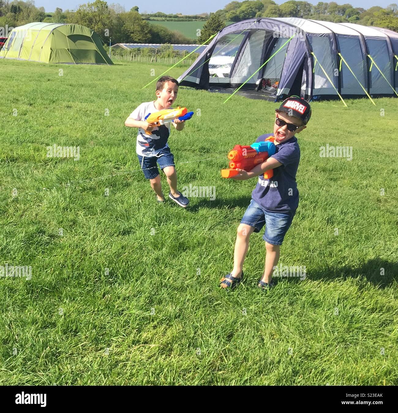 Pistola acqua lotta in un campeggio in Gran Bretagna durante le vacanze di Pasqua in 2018 Immagini Stock