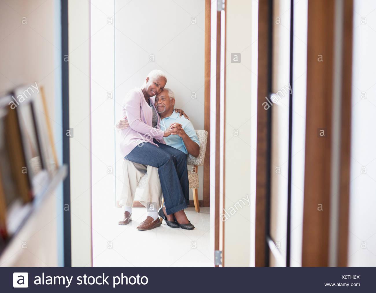 55-59 anni,60-64 anni,l'affetto,l'invecchiamento,l'incollaggio,abbigliamento casual,immagine a colori,il collegamento,giorno,devozione,vita domestica,focus su Immagini Stock
