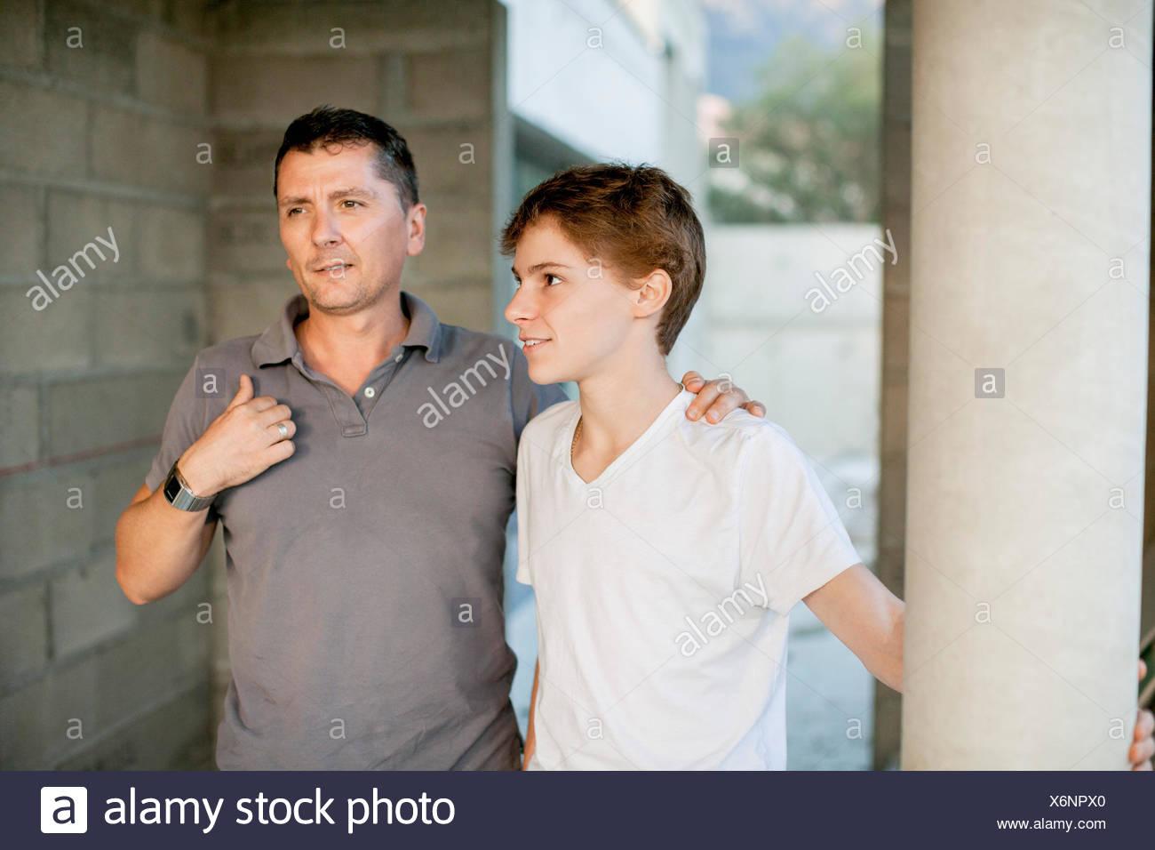Il padre e il Figlio insieme permanente Immagini Stock
