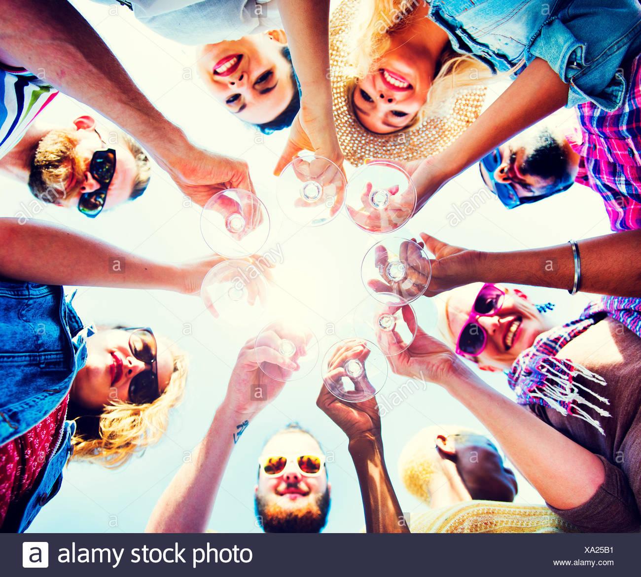 Celebrazione Champagne guardando verso il basso il concetto di amici Immagini Stock