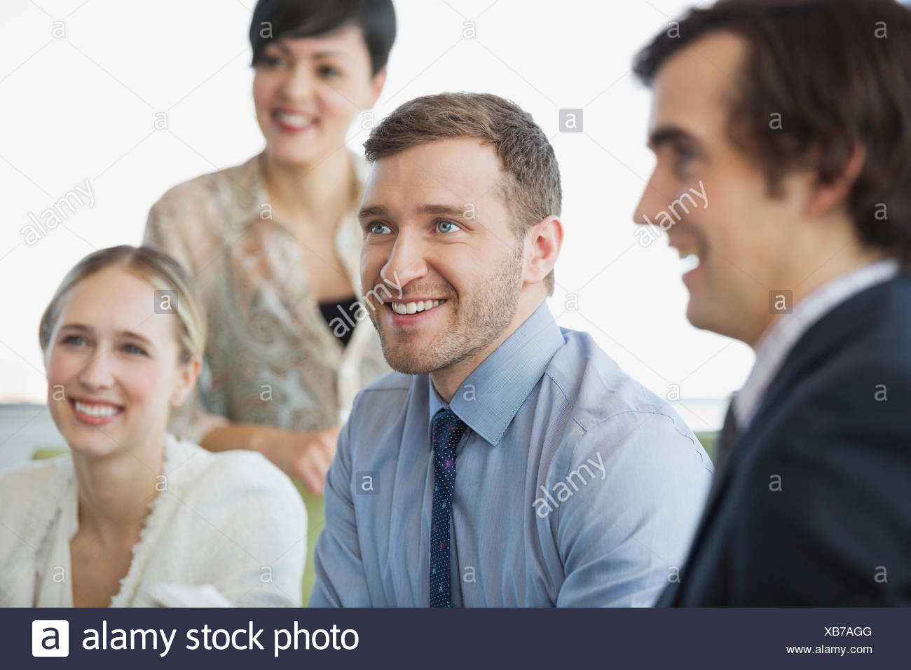 I colleghi prestando attenzione in business meeting Immagini Stock