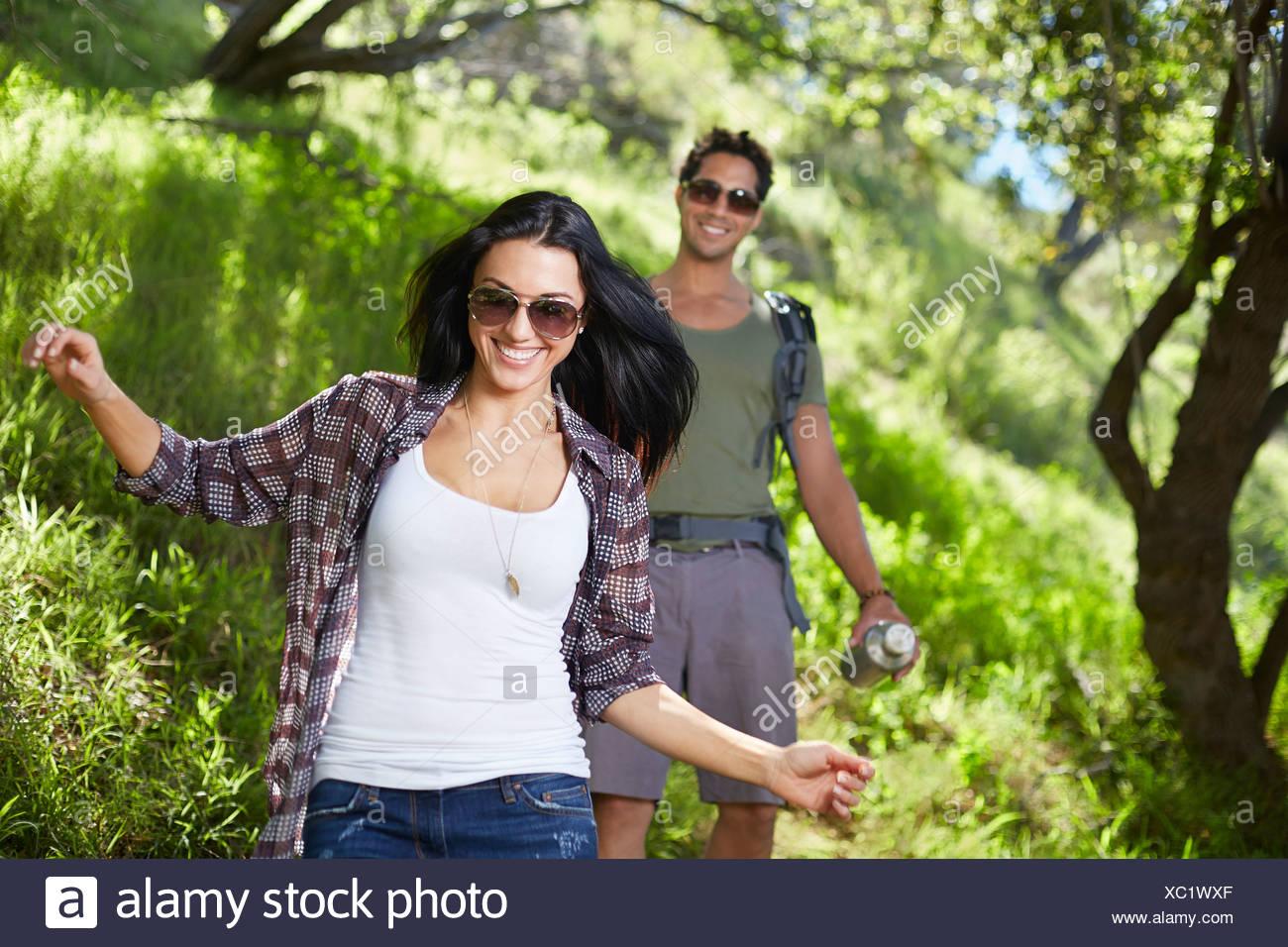 Coppia sorridente passeggiate per i boschi Immagini Stock