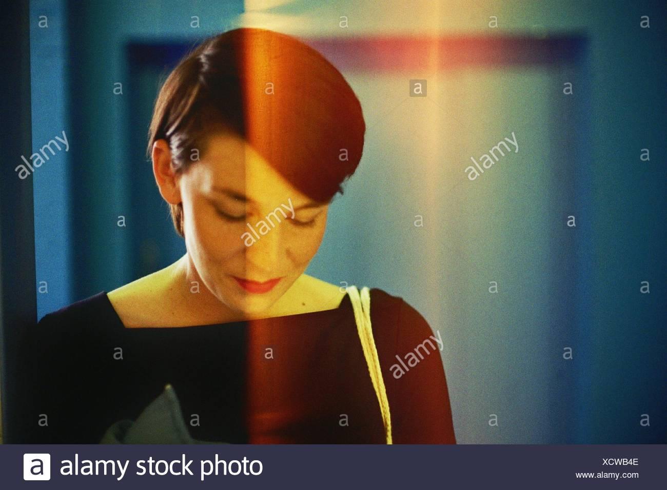 Close-Up di metà donna adulta guardando verso il basso Immagini Stock
