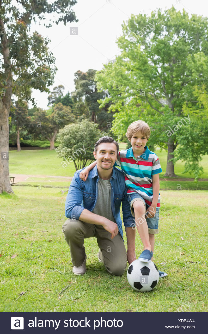 Padre e Figlio con sfera al parco Immagini Stock
