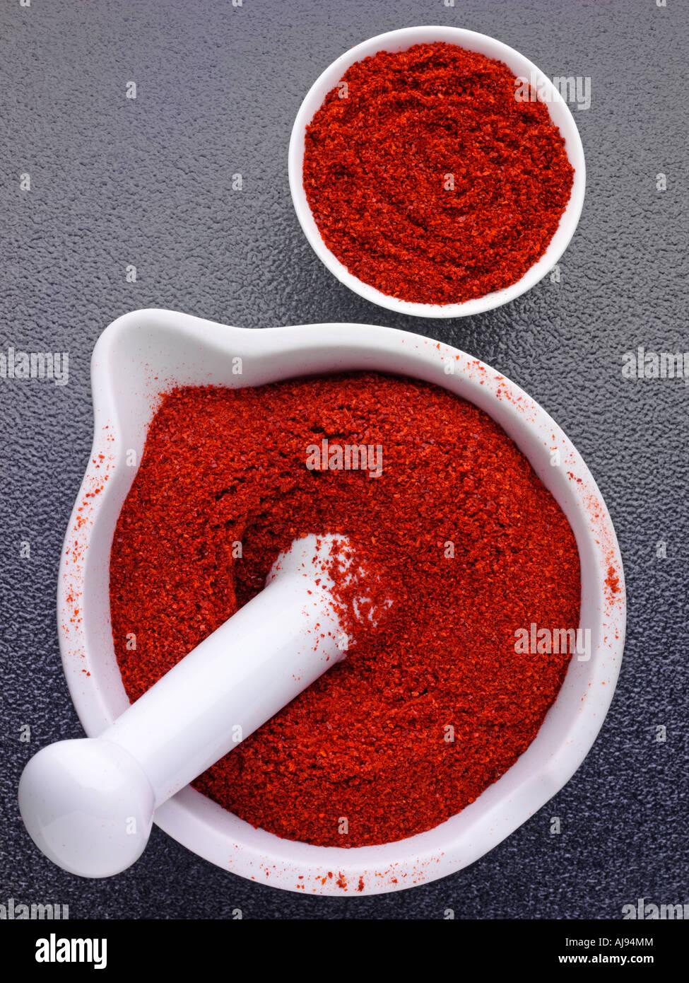 Pimenta em pó em almofariz e pilão Imagens de Stock