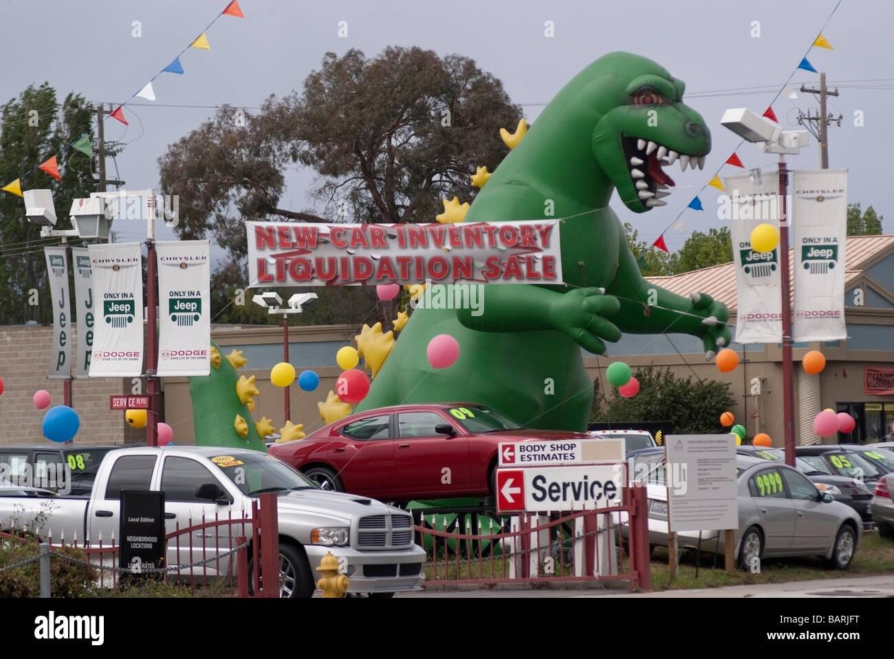 Enorme Inflado Dinossauro Entre Os Veículos Na Entrada De Um Chrysler Jeep,  Dodge Concessionário Automóvel Em San Jose, CA.
