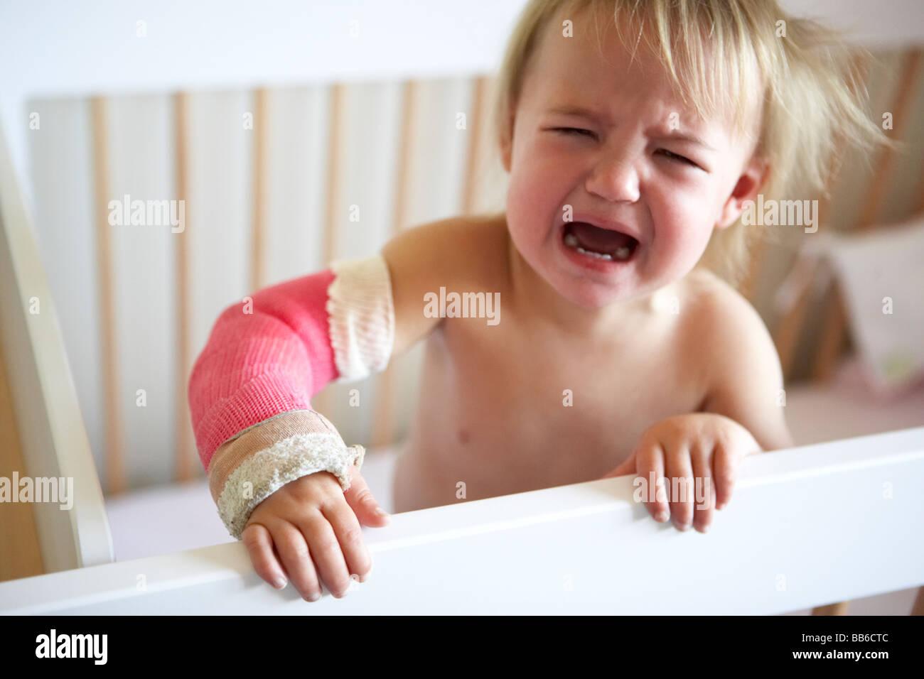 Choro Toddler com o braço de ferro fundido Imagens de Stock