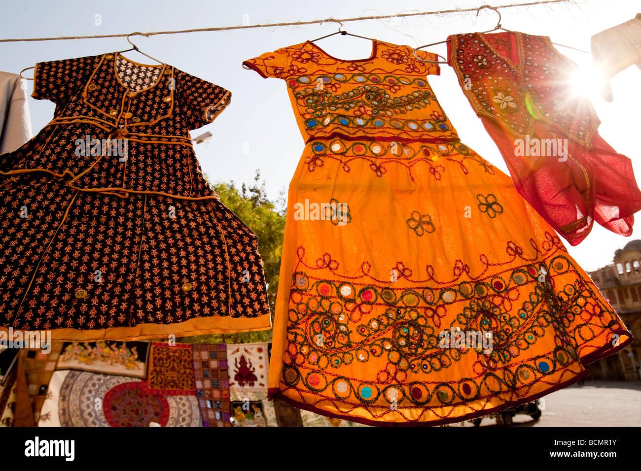 Vestidos para a venda no mercado Sadar Jodhpur Rajastão Índia Imagens de Stock
