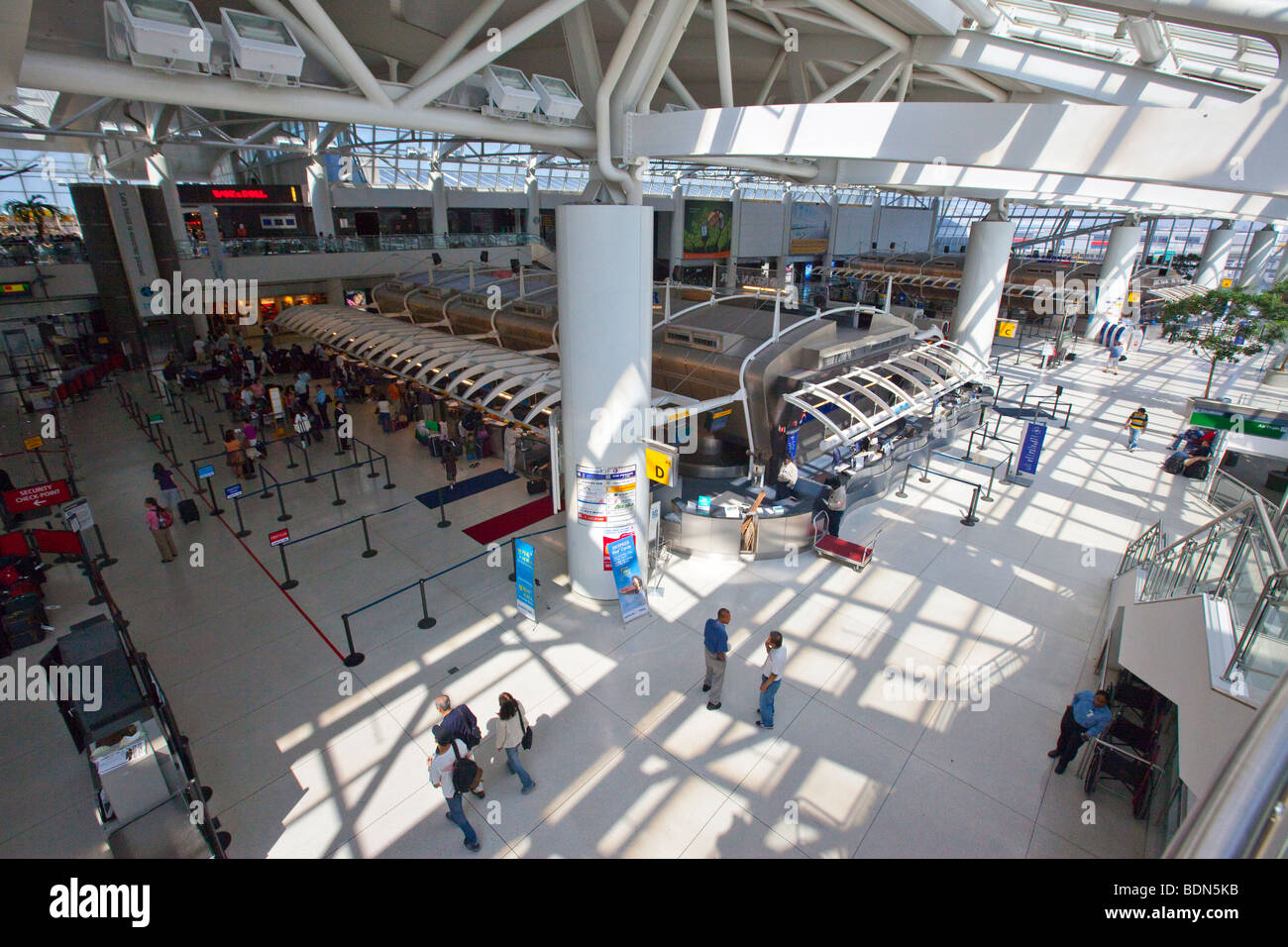 Aeroporto York : Dentro do aeroporto internacional jfk em nova york foto imagem de