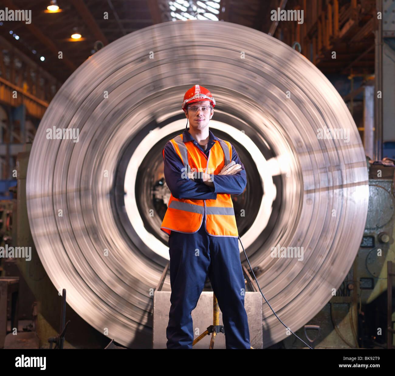 Engenheiro na frente do torno de Aço Imagens de Stock