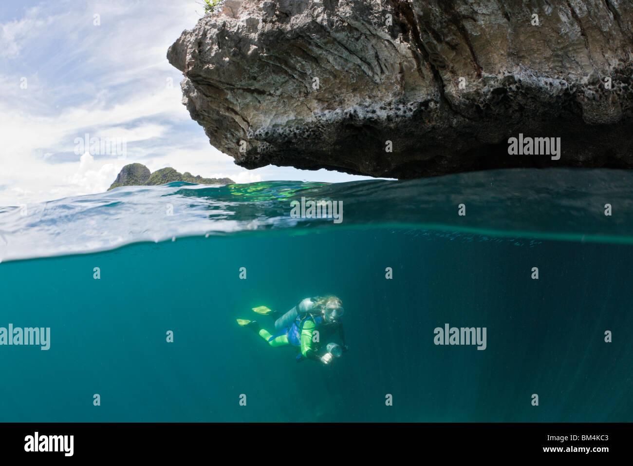 Mergulhador em águas rasas, Raja Ampat, Papua Ocidental Indonésia Imagens de Stock