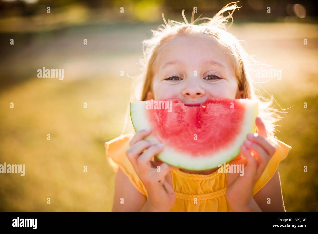 Jovem rapariga fazendo um sorriso de melancia Imagens de Stock