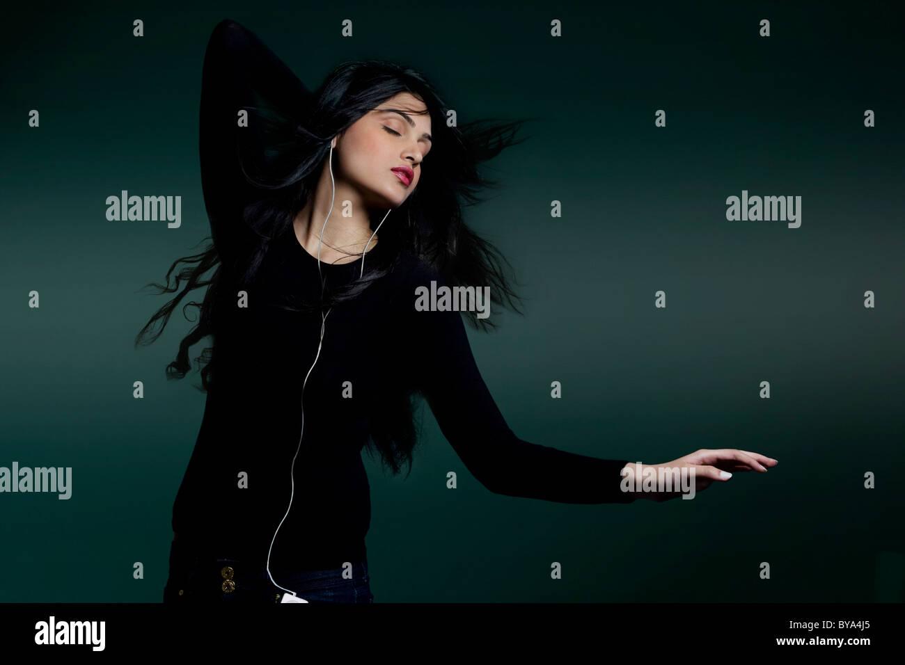 Rapariga a ouvir música Imagens de Stock