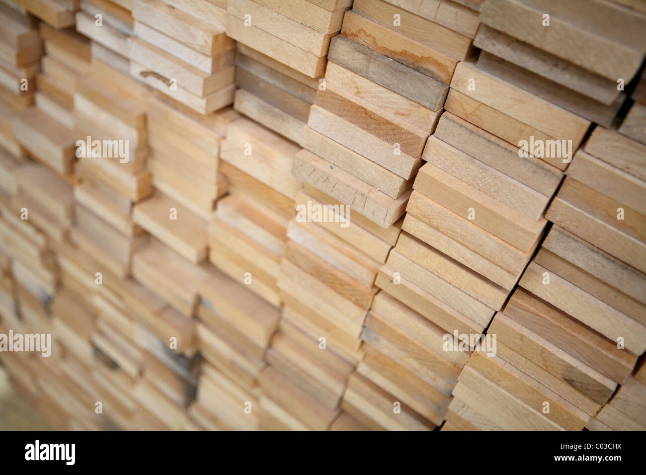 Pranchas de madeira empilhados Imagens de Stock