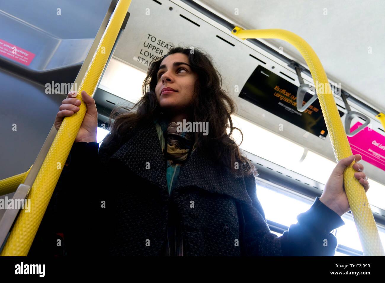 Ângulo Baixo vista da jovem mulher cavalgando um ônibus de Londres Imagens de Stock
