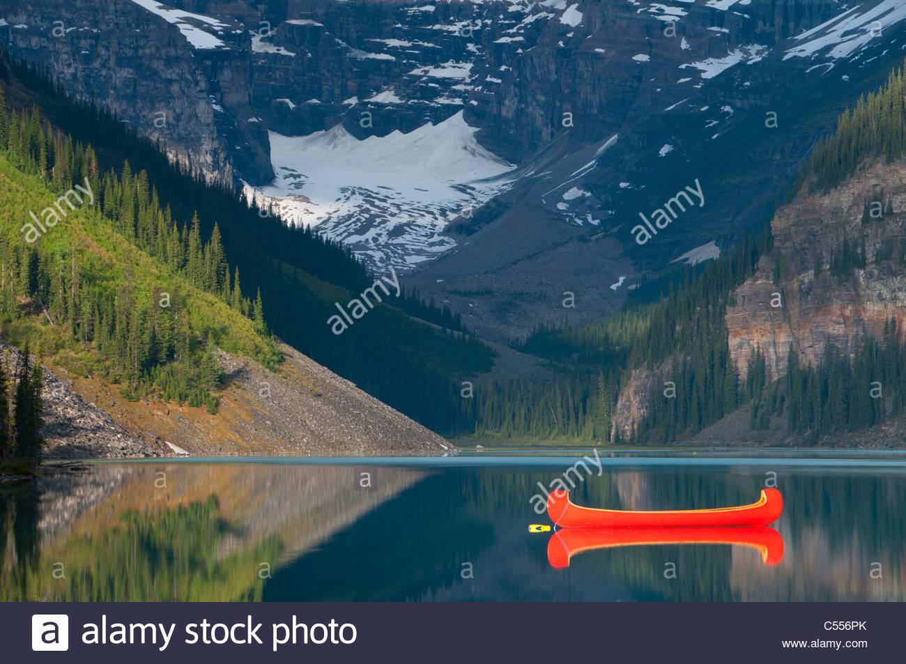 Vermelho de canoa no lago, Lago Louise, Parque Nacional de Banff, Alberta, Canadá Imagens de Stock