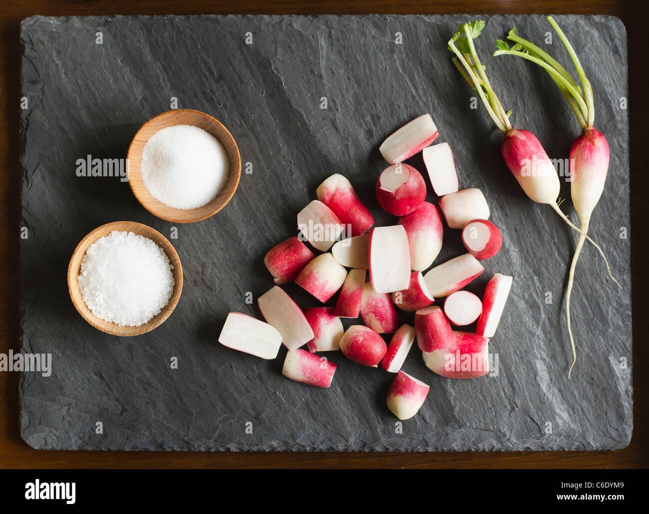Carnes frescas de rabanetes com sal Imagens de Stock