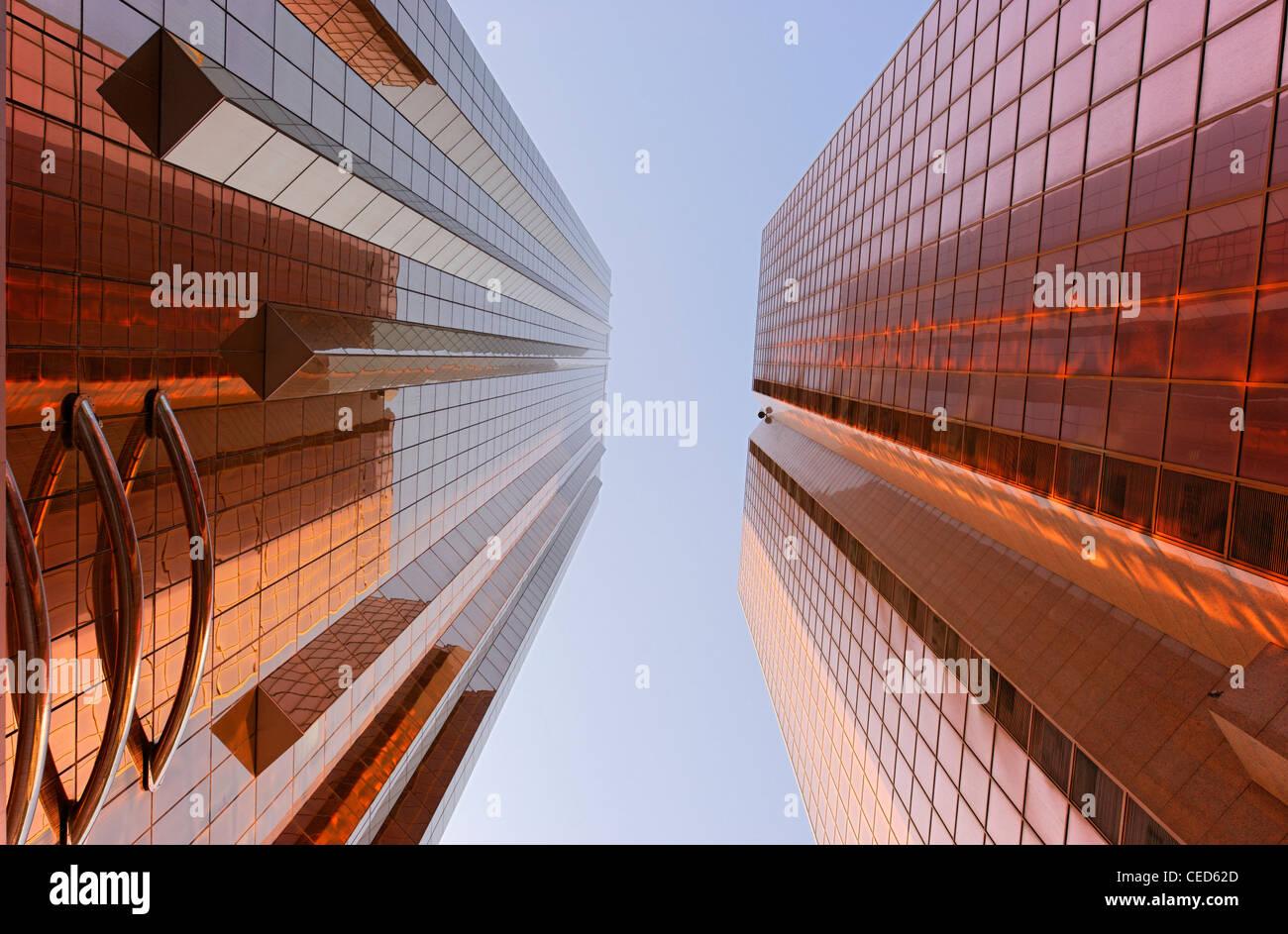 Fachadas cor de cobre de torres de escritórios, arquitetura moderna, Sheikh Zayed Road, Al Satwa, Dubai, Emirados Imagens de Stock