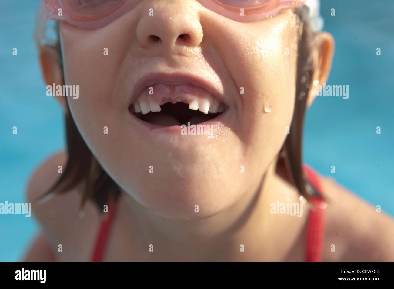 Close-up da menina com a sua falta de dentes da frente Imagens de Stock