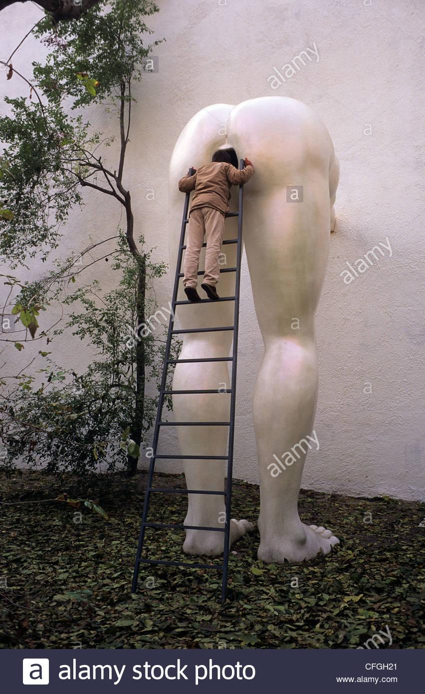 Um visitante na futura galeria, uma galeria de arte contemporânea. Imagens de Stock