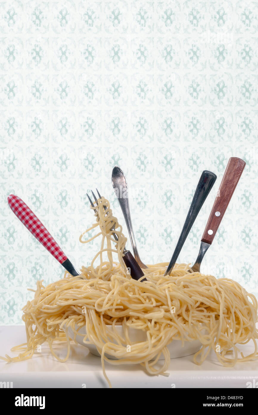 Um prato cheio de esparguete com cinco garfos Imagens de Stock