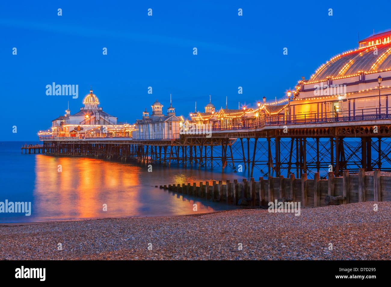 O Cais de Eastbourne aceso no crepúsculo Imagens de Stock