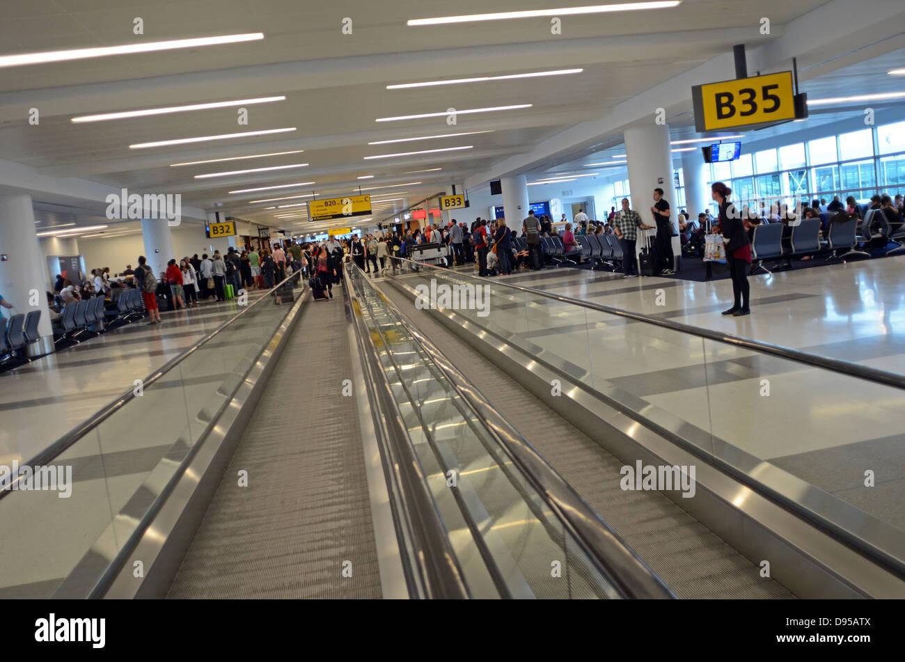 Aeroporto Jfk : Partidas no terminal 4 do aeroporto jfk nova iorque foto imagem de