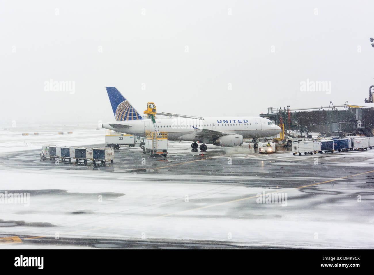 Aeroporto Ewr : O descongelamento a united airlines aeronaves no ewr aeroporto