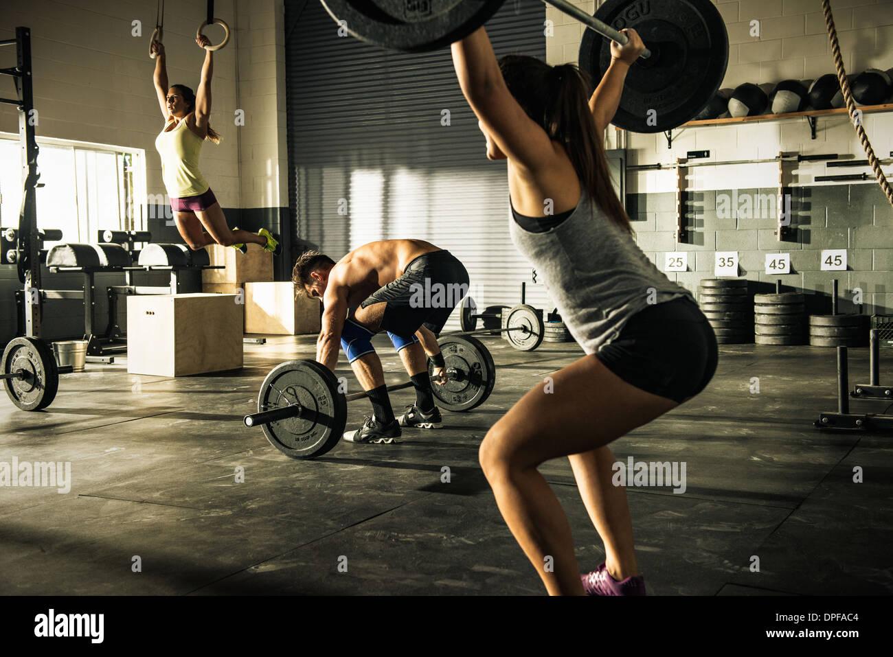 Formação de pessoas com halteres e ginásio anéis Imagens de Stock