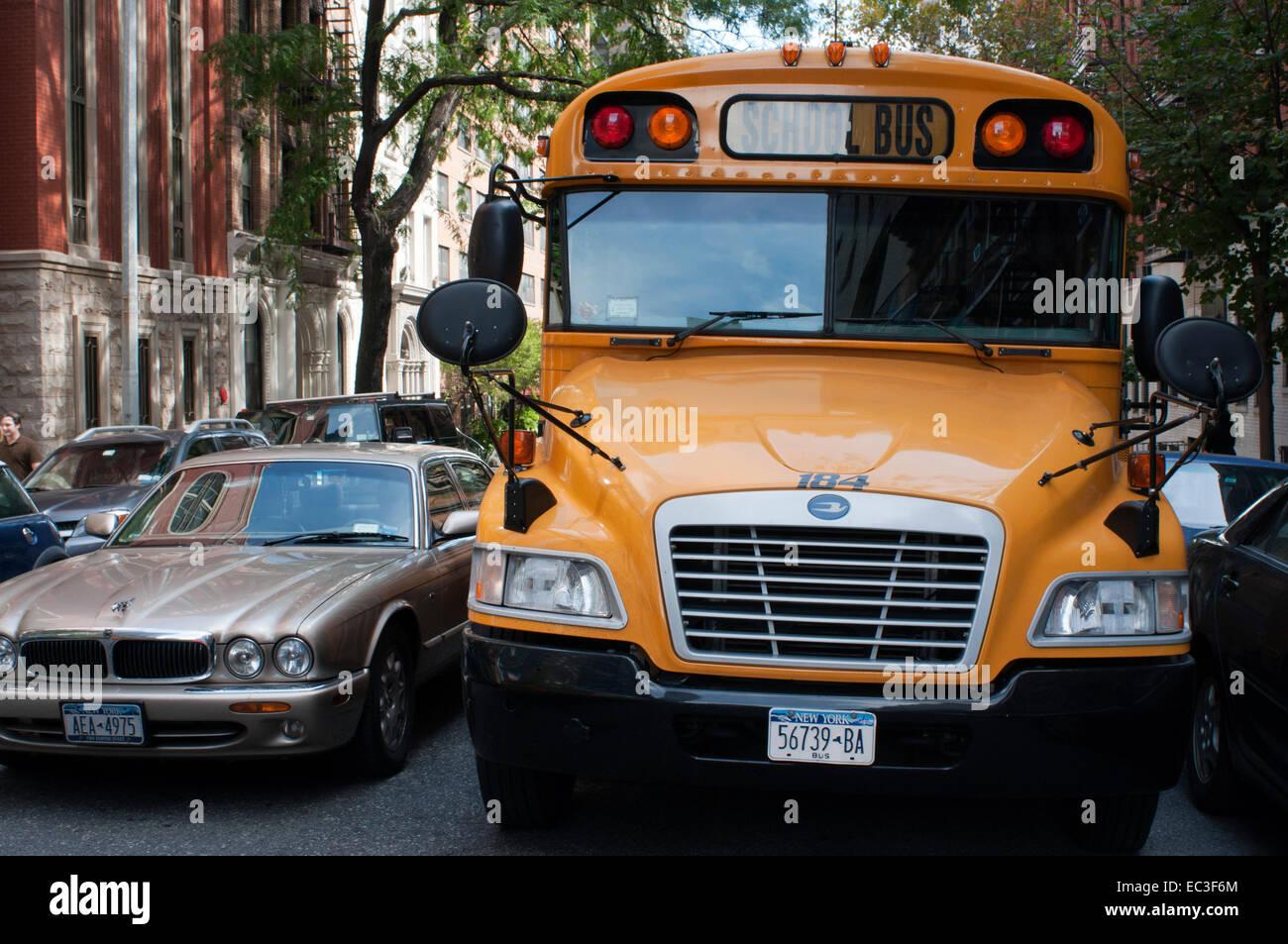 Estados Unidos, A Cidade De Nova Iorque, Manhattan, Autocarro Escolar E  Jaguar XJ Carro. Um Autocarro Escolar (também Chamado Escolarbus) Na  América Do ...