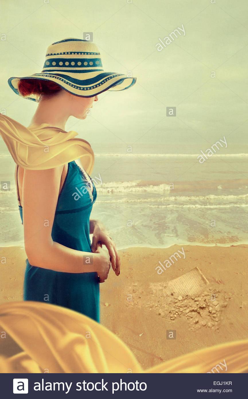 Mulher jovem em pé na praia Imagens de Stock