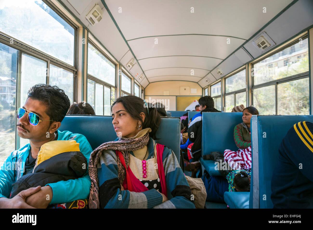 Um jovem casal de índios e criança sobre o Kalka-Shimla Ferroviária, Himachal Pradesh, Índia Imagens de Stock