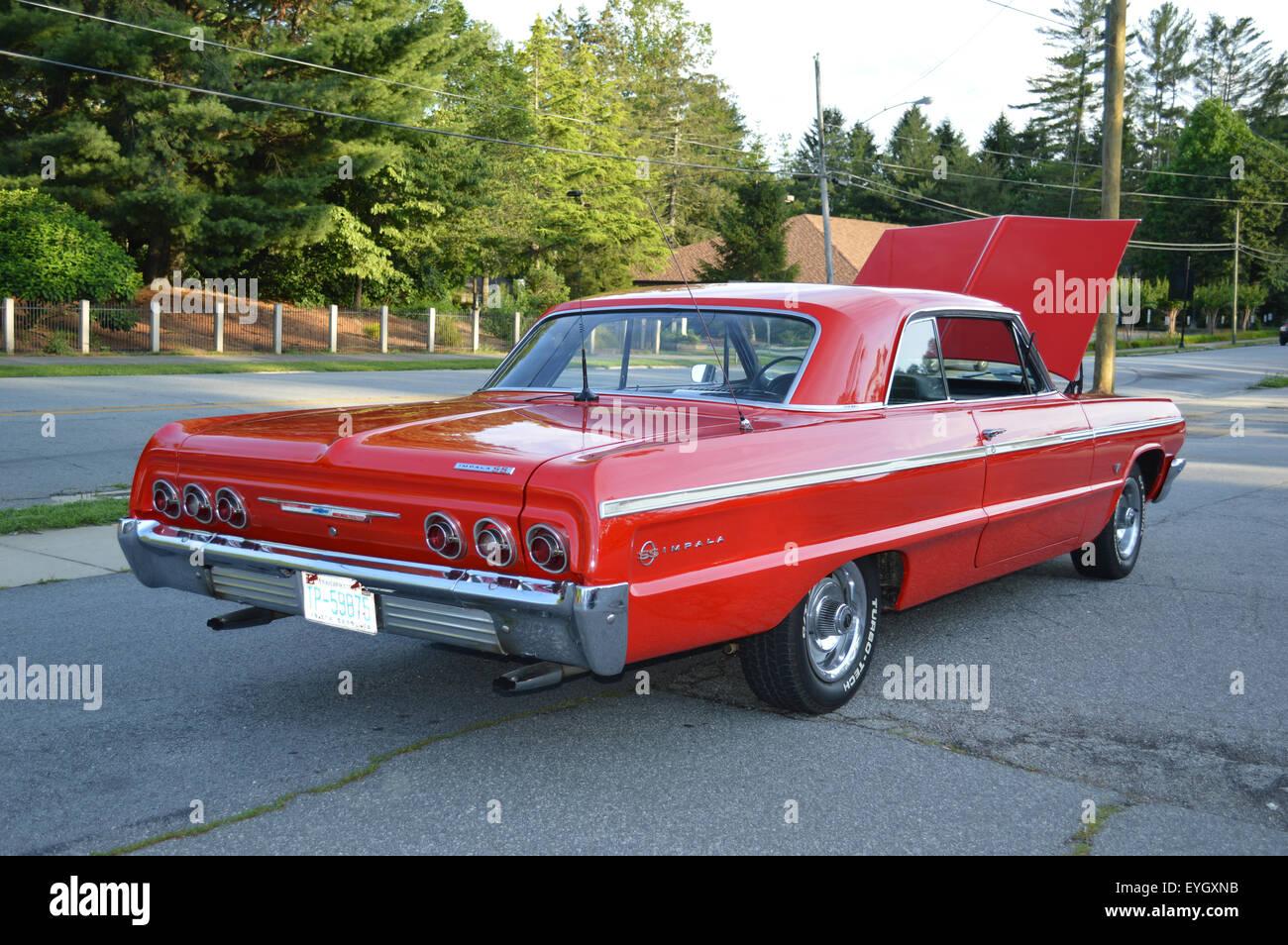 Um 1964 Chevrolet Impala SS Disco Top Coupe.