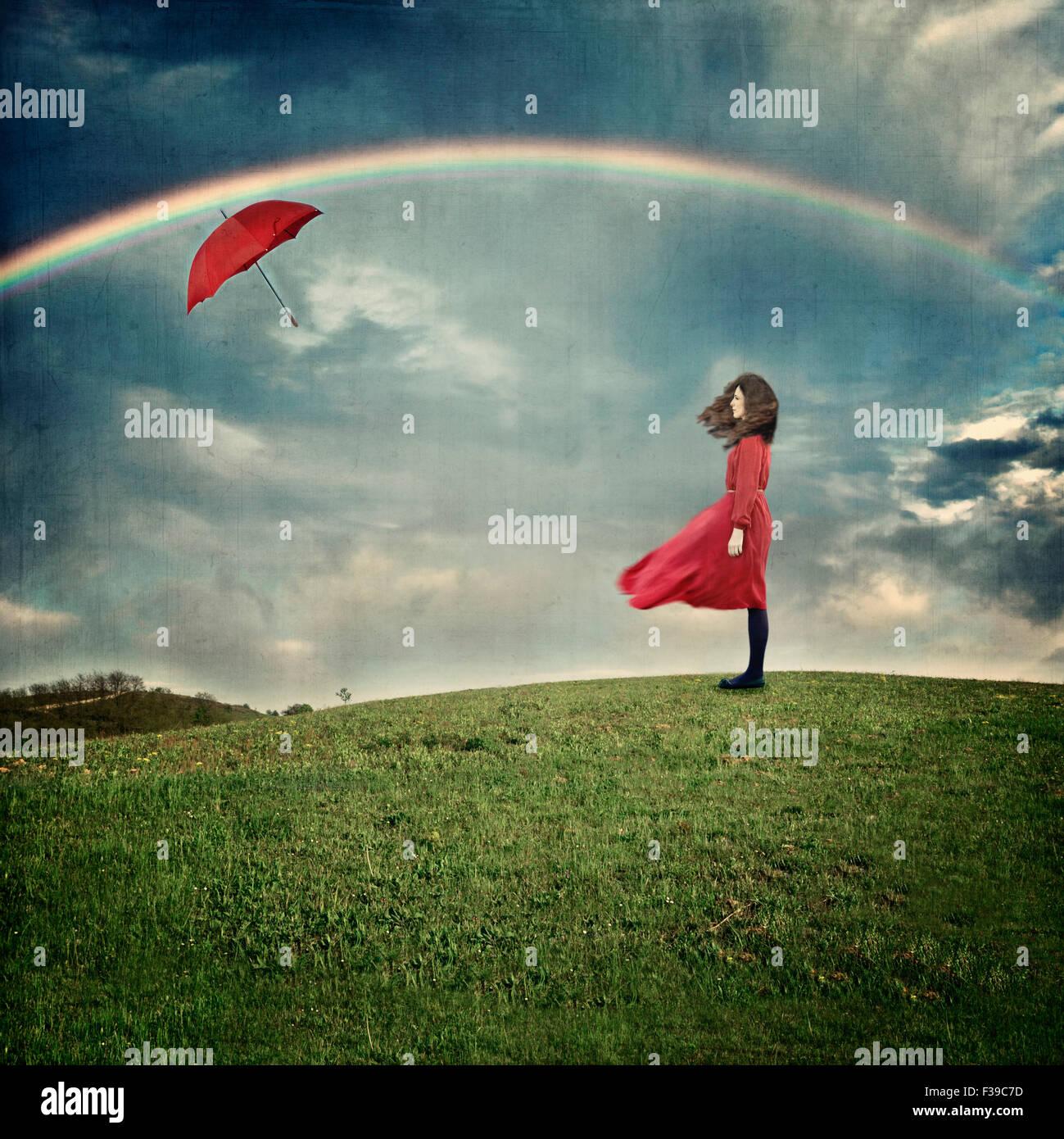 Mulher jovem em pé na colina Imagens de Stock