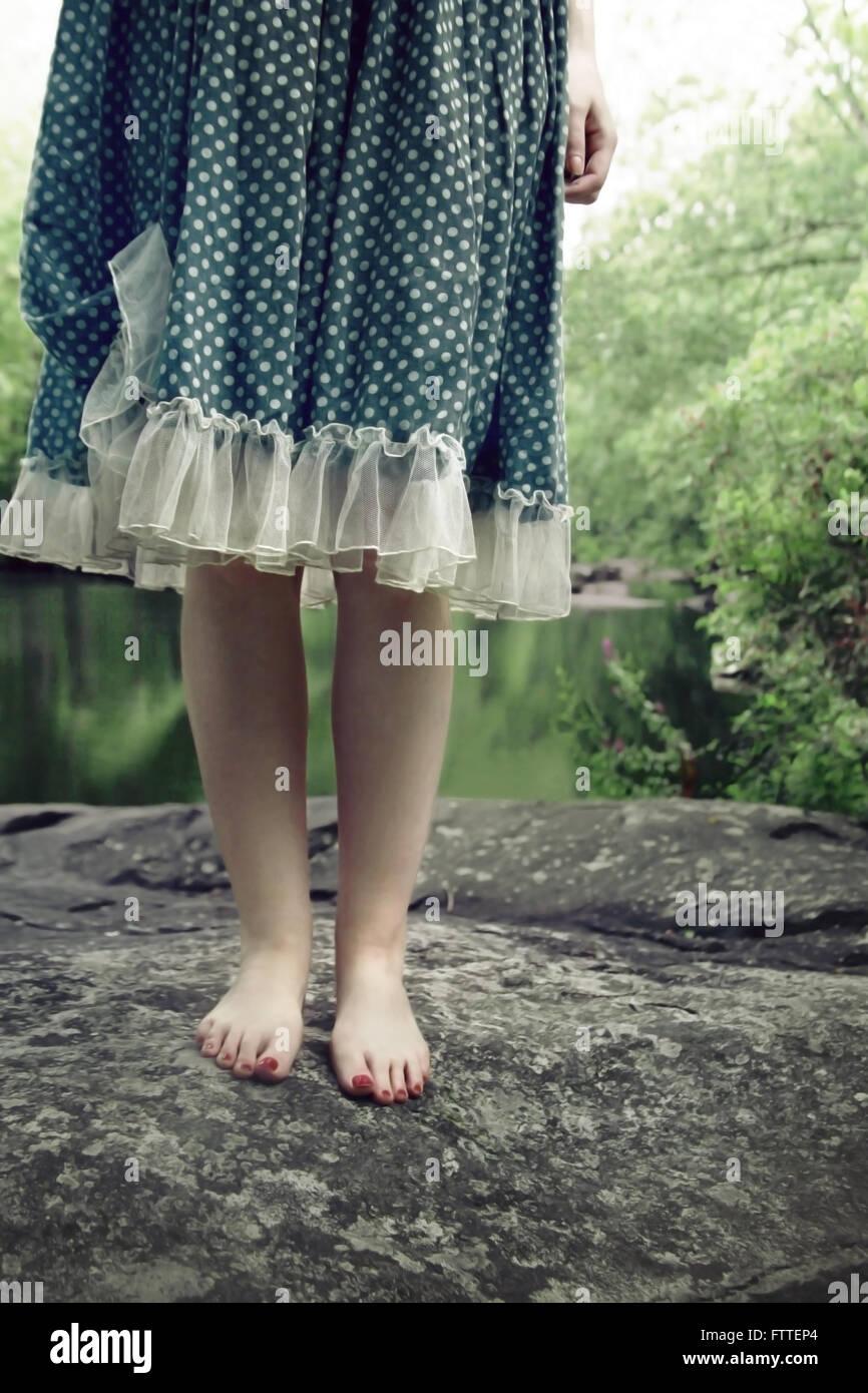 Close-up da mulher sobre a rocha Imagens de Stock