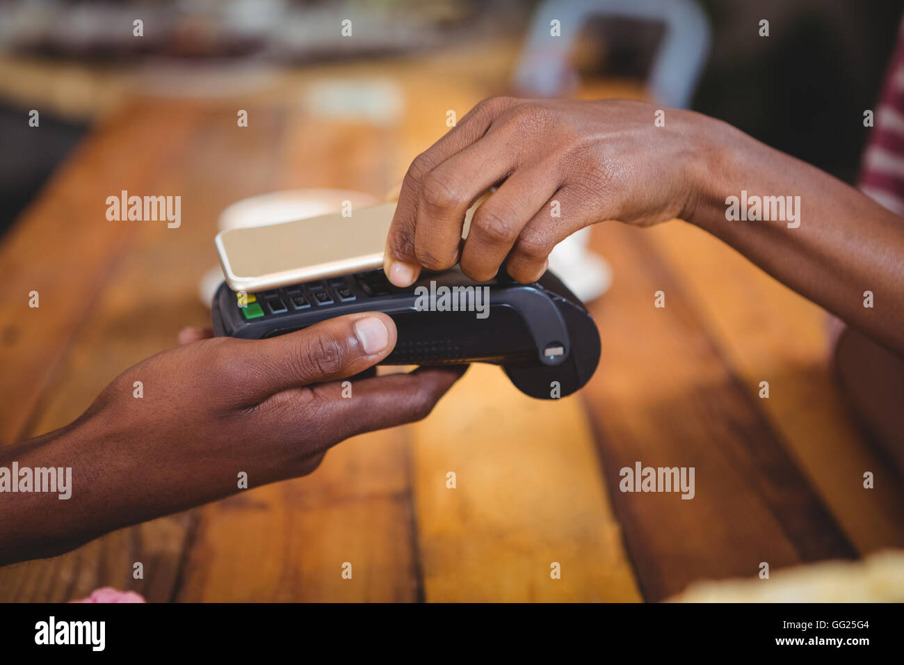 Mulher pagar bill através do smartphone usando a tecnologia nfc Imagens de Stock