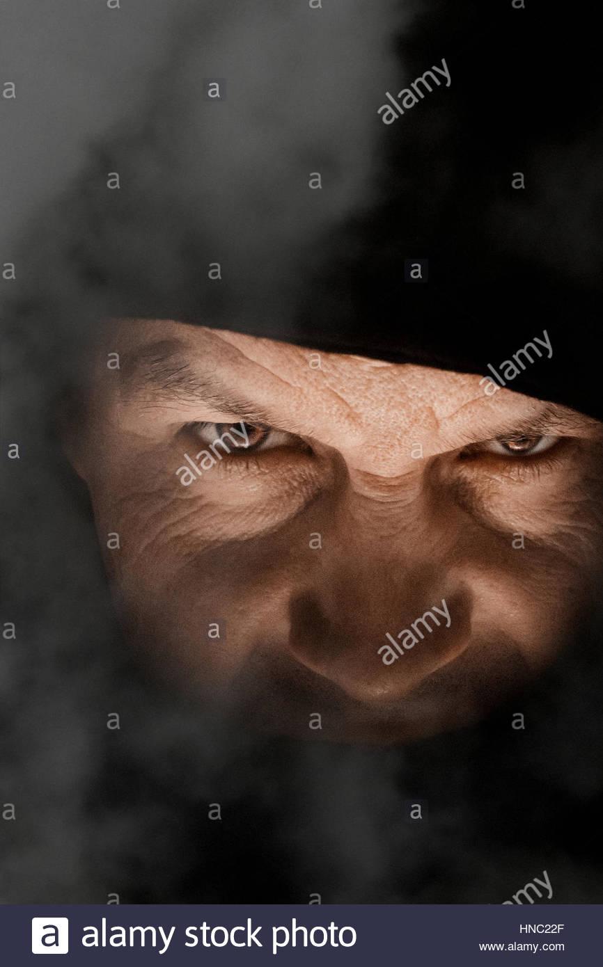 Homem iracundo no nevoeiro Imagens de Stock