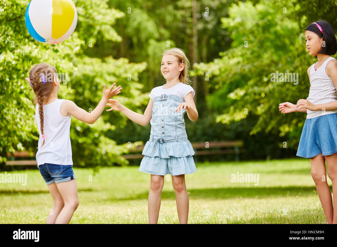 grupo racial de crianas brincando de bola no vero