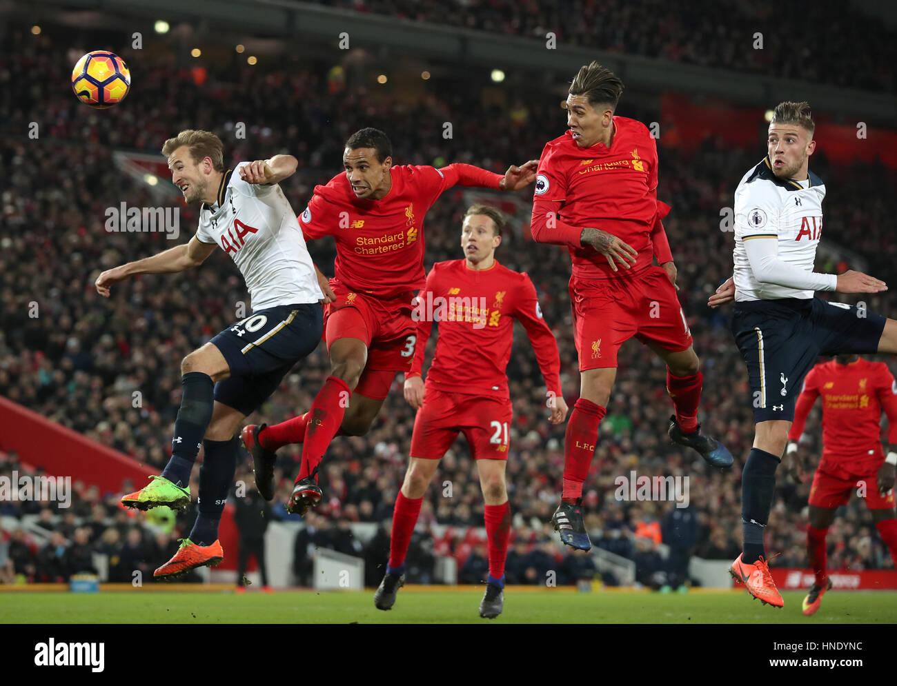 Tottenham Hotspur o Harry Kane (esquerda) e do Liverpool Joel Matip batalha para a bola durante a Premier League Imagens de Stock