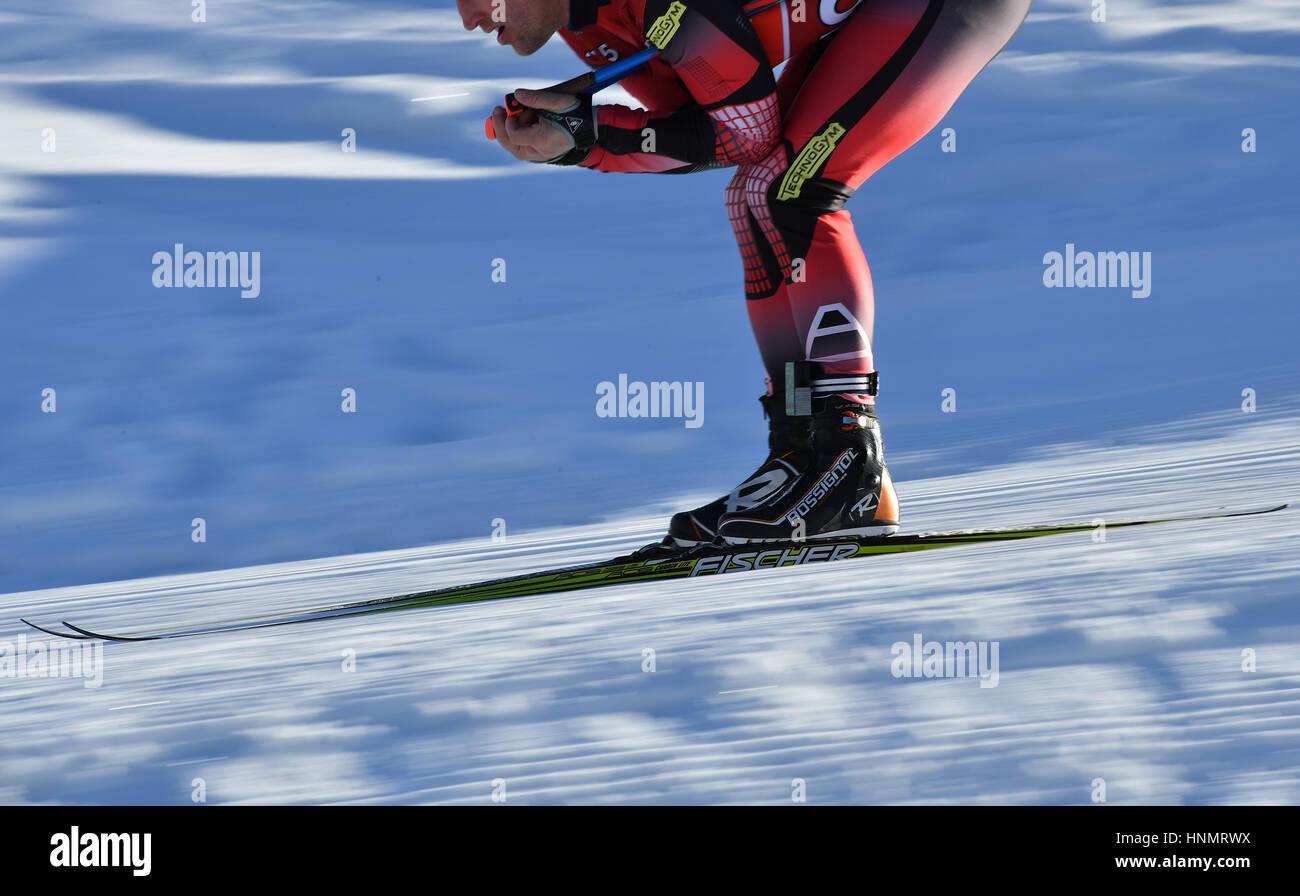 Hochfilzen, Alemanha. 14 Fev, 2017. Um biathlete comboios ao longo da rota durante o Campeonato Mundial de Biatlo Imagens de Stock
