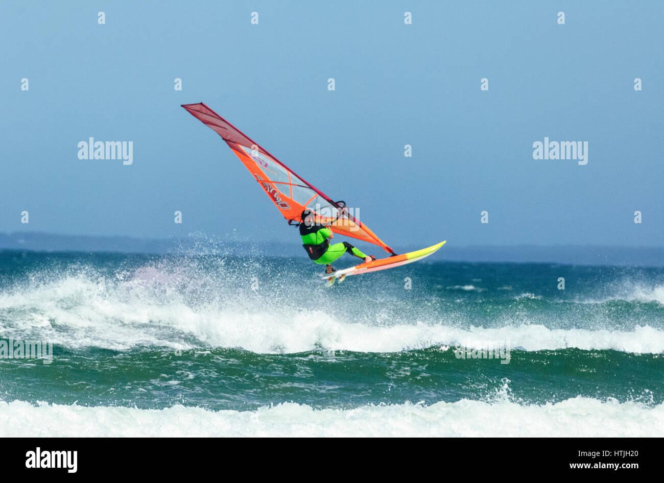 Windsurfista pulando sobre uma grande onda em Seven Mile Beach, Gerroa, Costa Illawarra, Nova Gales do Sul, NSW, Imagens de Stock