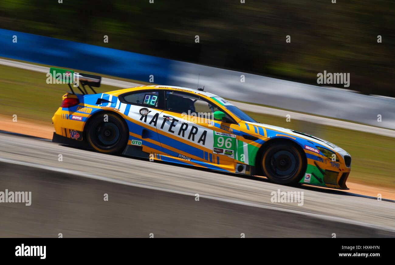 O virador BMW com a farda Katerra corridas passado vire 7 para a parte setentrional do circuito de Sebring. Imagens de Stock