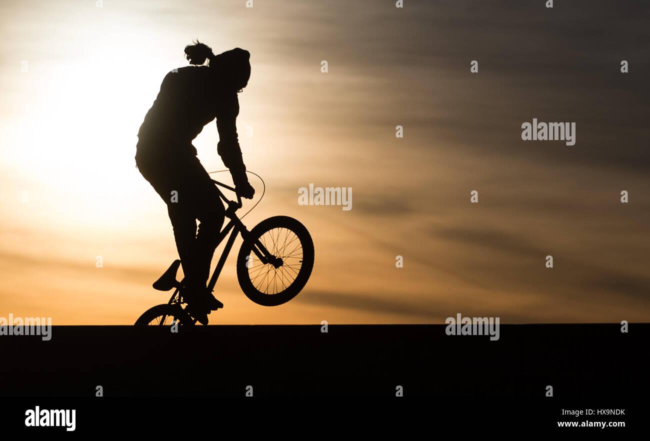 Berlim, Alemanha. Xxv Mar, 2017. Uma BMX biker em ação no pôr do sol na Tempelhofer Feld (aceso. Imagens de Stock