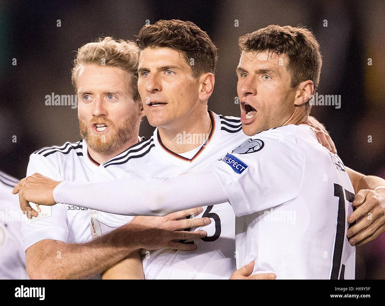 Baku, no Azerbaijão. Xxvi Mar, 2017. Alemanha Mario Gomez (C) celebra a sua meta com companheiros Andre 3-1 Imagens de Stock