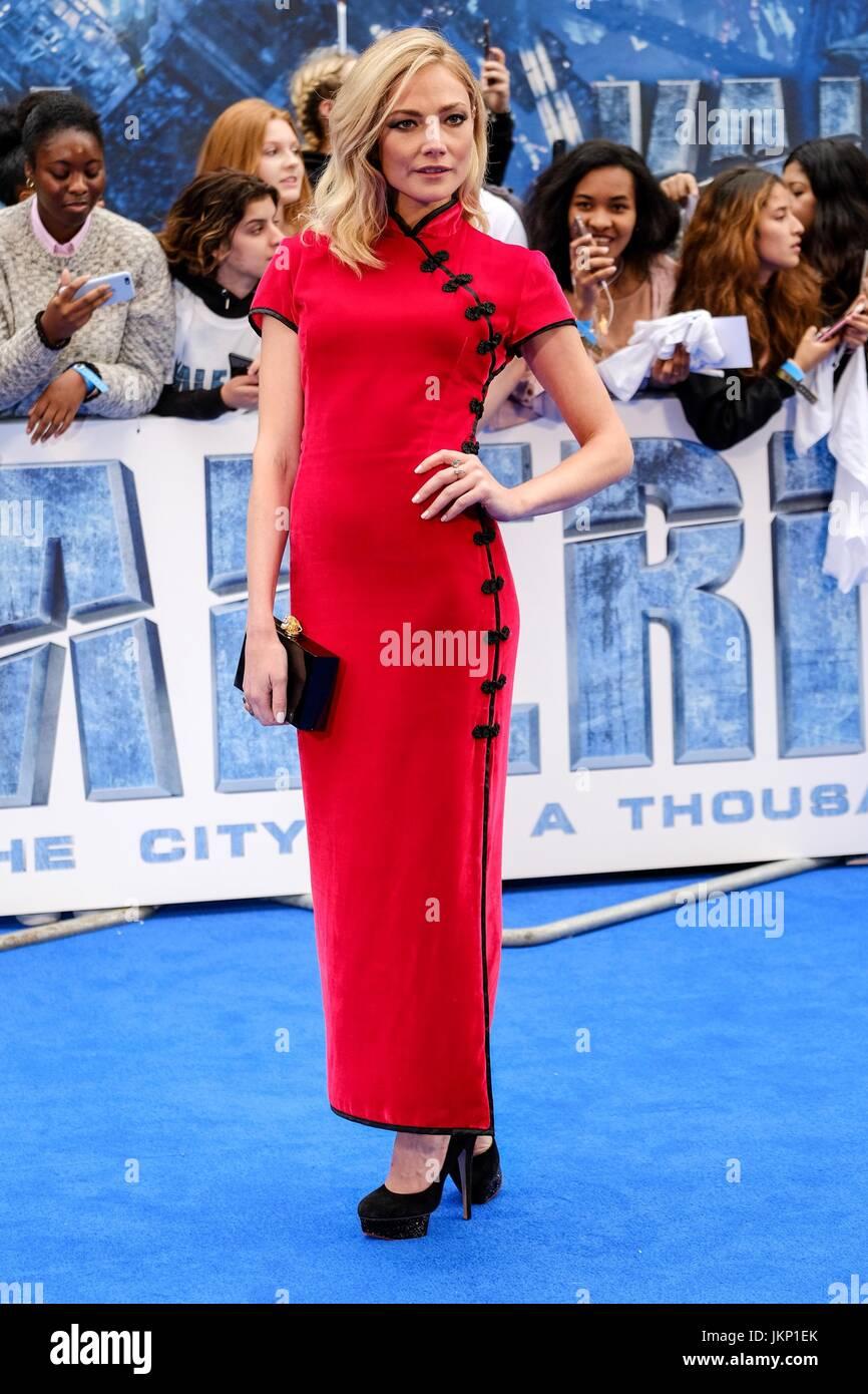 Clara Paget chega ao tapete Azul Cineworld em Leicester Square para a União Premiere de Valeriano e a cidade Imagens de Stock