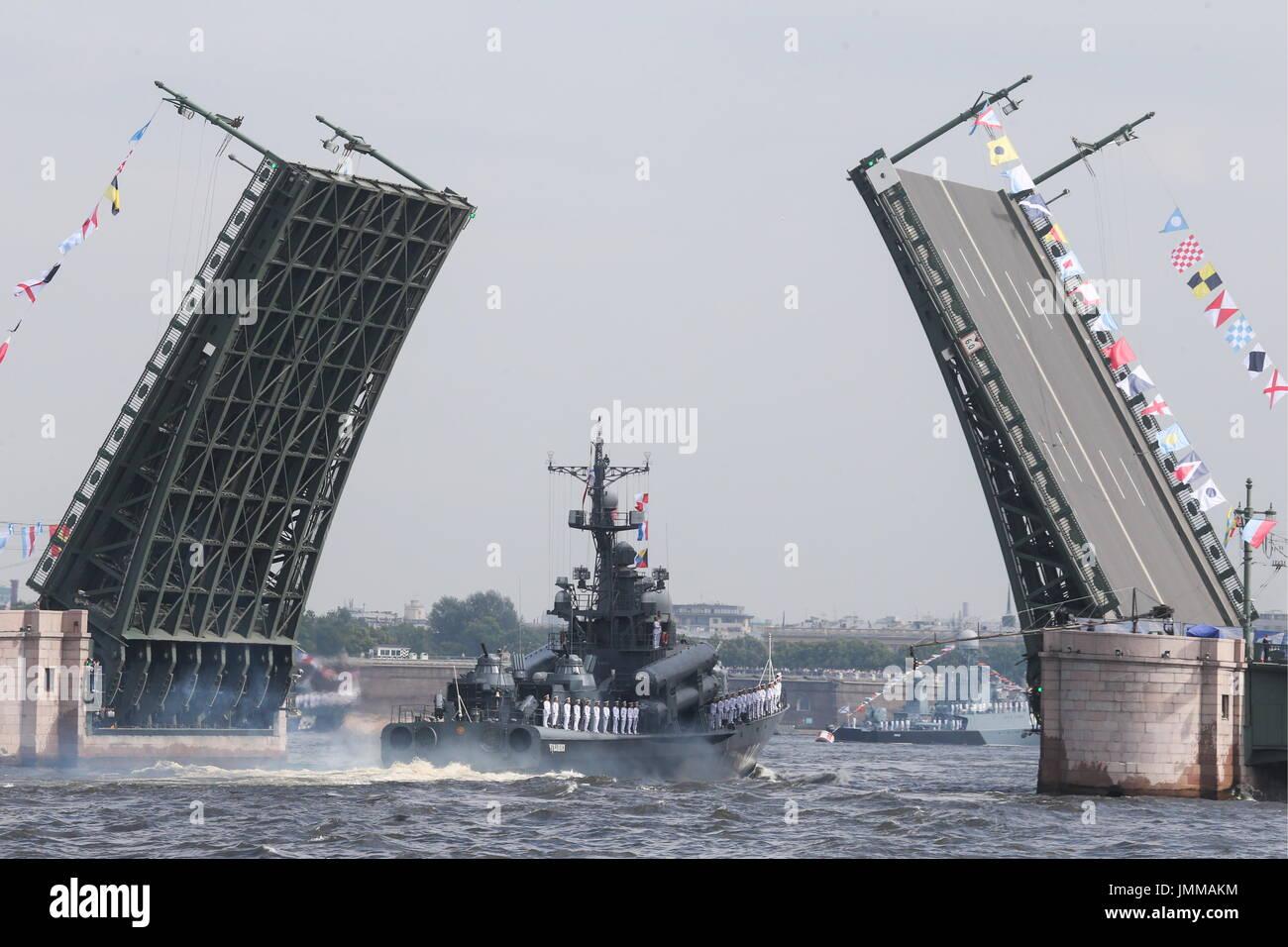 St Petersburg, Rússia. 28 de Julho, 2017. O barco de mísseis Chuvashia toma parte em um ensaio da futura Imagens de Stock
