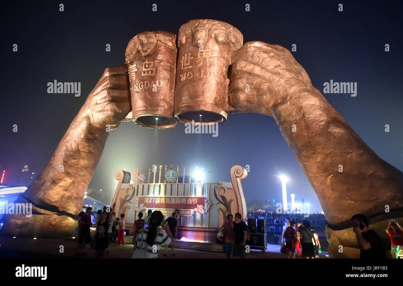 Qingdao. 5 Ago de 2017. Pessoas participam do Festival de Cerveja Internacional de Qingdao em Qingdao, East China Imagens de Stock