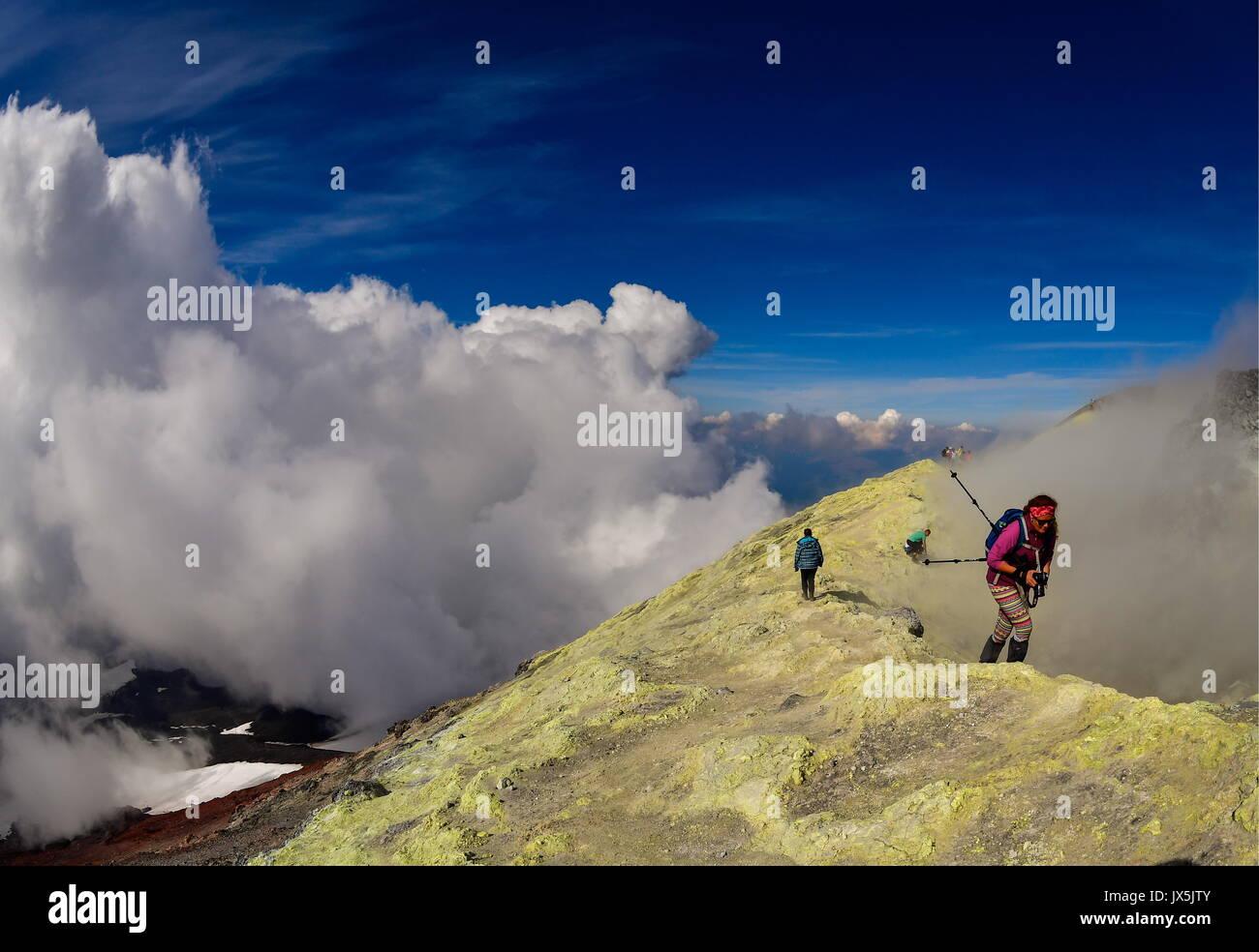 Território de Kamchatka, Rússia. Xii Ago, 2017. Os turistas na cratera de Avachinsky stratovolcano ativo. Imagens de Stock
