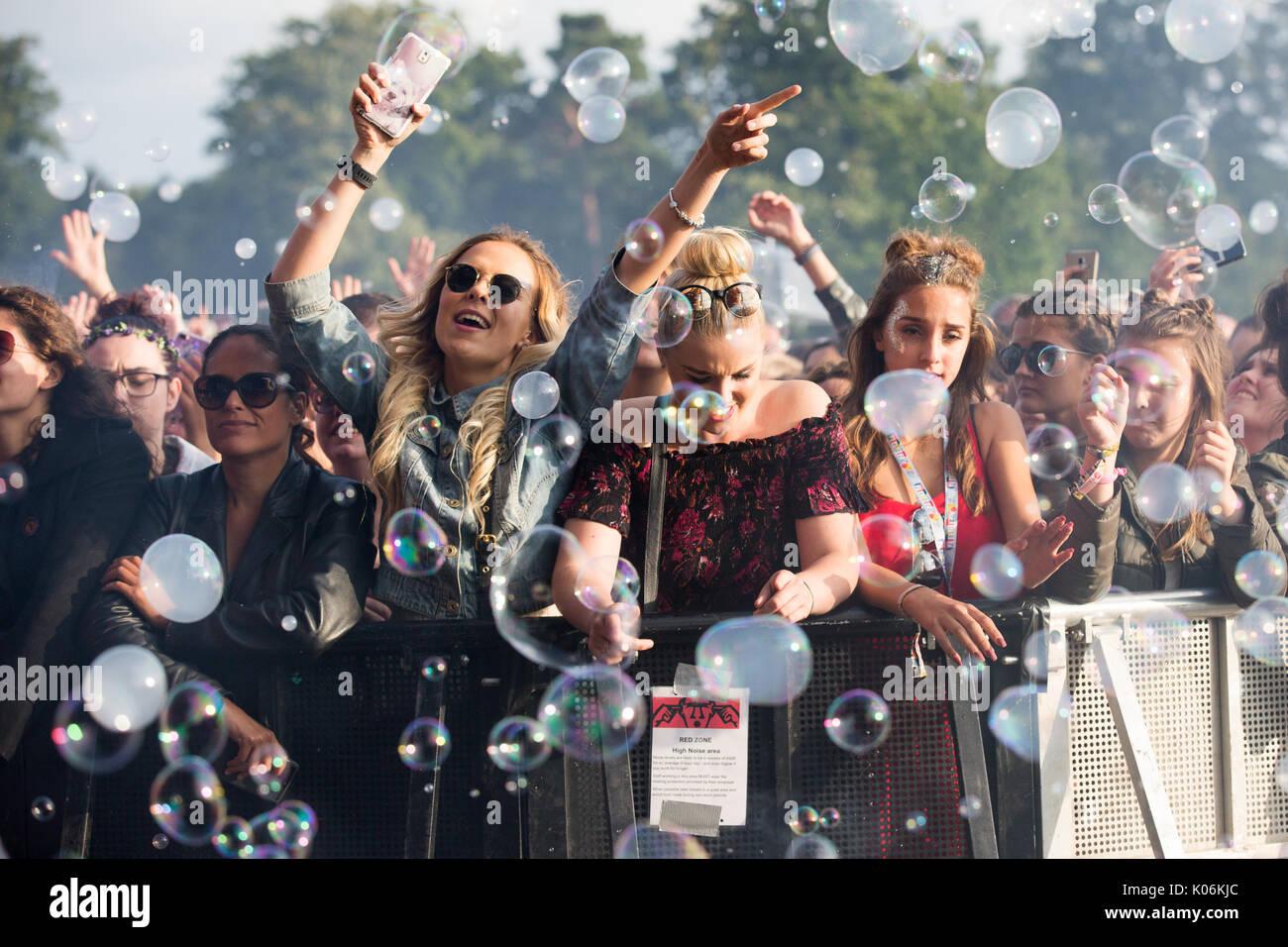 Os fãs de música em Hylands Park,Chelmsford,Essex no domingo,20 de Agosto neste anos V Festival. Imagens de Stock